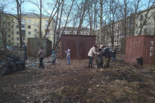 Субботник во дворе по улице Выборнова.