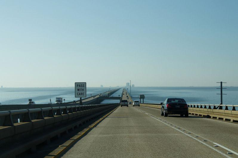 Мост-дамба через озеро Пончартрейн находится в американском штате Луизиана и соединяет северное побережье с Новым Орлеаном. Переправа состоит из двух параллельных дорог, самая длинная из которых 38 километров. Поддерживают конструкцию более 9 тысяч бетонных свай.