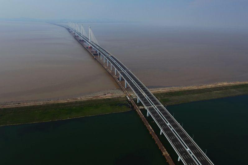Большой трансокеанский мост через залив Ханчжоувань соединяет города Шанхай и Нинбо. Длина моста составляет около 36 километров, движение осуществляется по трем полосам в каждую сторону. На середине моста построен остров-платформа, где водители и пассажиры могут отдохнуть и перекусить.