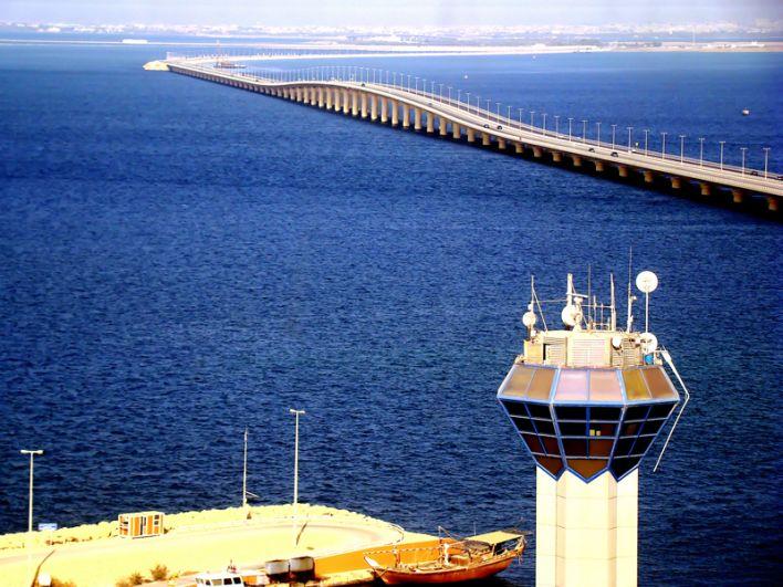 Мост короля Фахда в Саудовской Аравии связывает город Эль-Хубар с островным государством Бахрейн. Проложенная по мосту четырехполосная дорога простирается на длину более 25 километров.