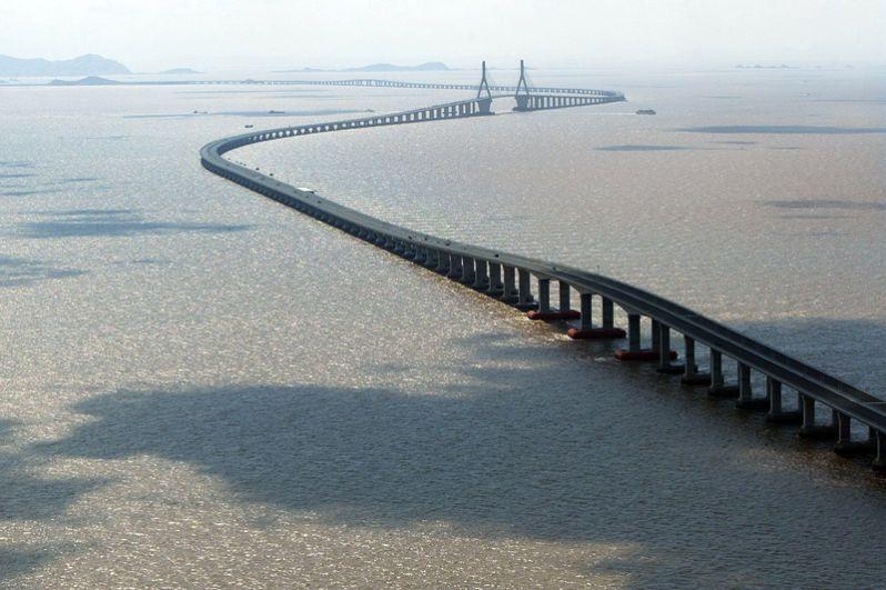 Дунхайский мост или мост Восточно-Китайского моря соединяет материковый Шанхай и глубоководный порт Яншань. Длина моста — 32,5 километра.