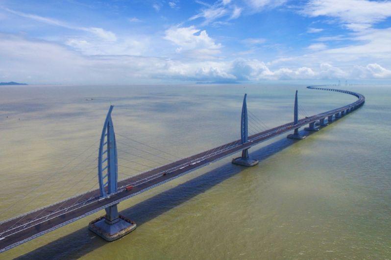 Государственная корпорация China Communications Construction построила в Китае самый длинный мост в мире, который соединяет Гонконг, Макао и Чжухай. Длина сооружения — 55 километров, из них 38 километров — непосредственно участки моста. Переправа в форме латинской буквы «Y» включает в себя три искусственных острова и подводный тоннель, который пересекает дельту Жемчужной реки. Для движения транспорта мост планируют открыть во второй половине 2018 года.