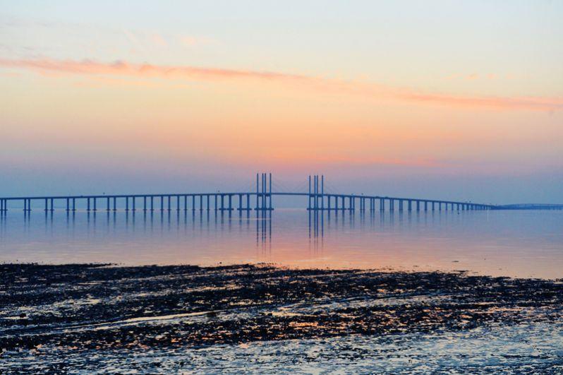 Циндаоский мост через залив Цзяочжоу соединяет город Циндао с пригородным промышленным районом Хуандао. Его длина составляет около 42,5 километров. Путепровод разделен на шесть дорожных полос, а поддерживают его более 5200 опор.