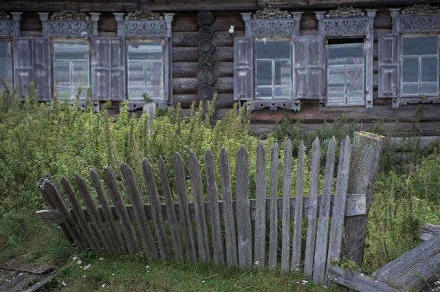 Людям самим обрыдло видеть облезлые стены, покосившиеся заборы, сухие деревья, лужи перед домом.