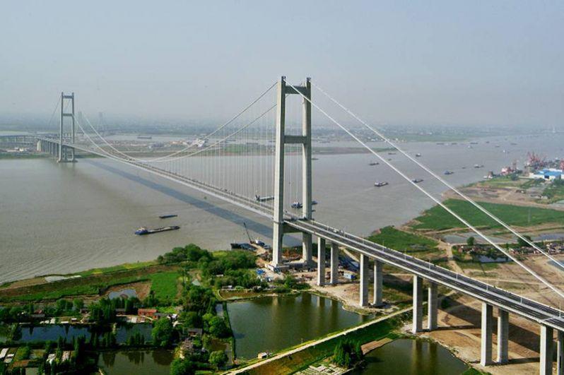 Жуньянский мост на реке Янцзы является частью Пекин-Шанхайской скоростной дороги. На большем участке он представляет собой эстакаду и лишь непосредственно над рекой переходит в два крупных моста, висячий на южном берегу и вантовый на северном. Общая протяженность сооружения — 35,6 километров.