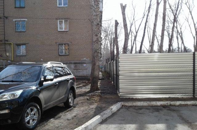 На ул. Дегтярева, 31 в Челябинске за этим забором должна вырасти десятиэтажка.