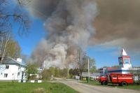 Пожар начался с поджога сухой травы.