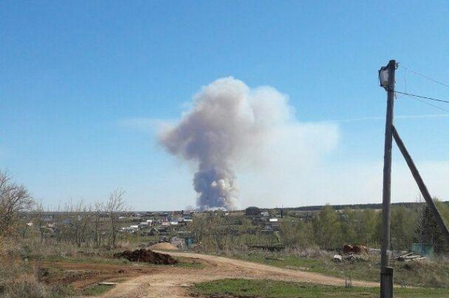 Над селом висит огромное облако дыма.