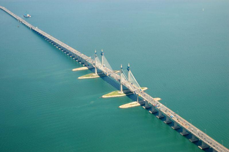 24-километровый мост имени короля Абдула Халима Муадзама Шаха был построен в 2014 году и стал вторым мостом, соединяющим остров Пенанг с материковой Малайзией.