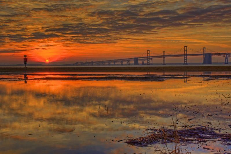 Мост-тоннель через Чесапикский залив представляет собой систему из шести мостов, двух тоннелей и четырех искусственных насыпных островов, связывающих континентальную часть штата Виргиния с восточным берегом штата на полуострове Делмарва. Общая длина составляет 28 километров.