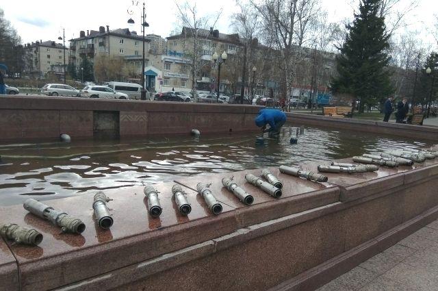 В Тюмени настраивают фонтан на площади у гостиницы «Восток»