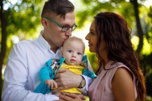 Но на самых любимых людей у доктора, который всегда онлайн, всё равно хватает времени. Дмитрий с женой Валентиной и сыном Олегом.