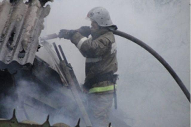 При проведении разведки в подвальном помещении пожарные обнаружили двух мужчин.