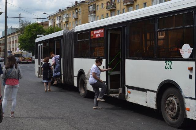 В Кемерове водитель автобуса отправится под суд из-за выпавшей пассажирки.