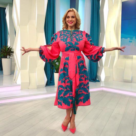 Лилия Ребрик показала свое дизайнерское платье-вишиванку и написала в своем блоге, что «у вишиванках є щось магічне…що аж хочеться кружляти».