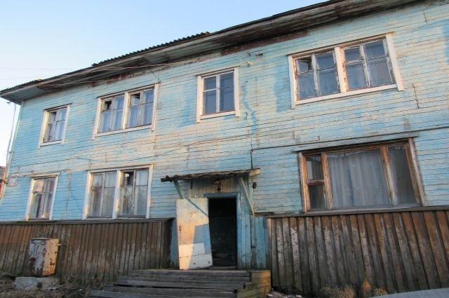 Жители этого дома уже и сертификаты на переселение получили, вот только за красивой бумажкой действий никаких так и не последовало.