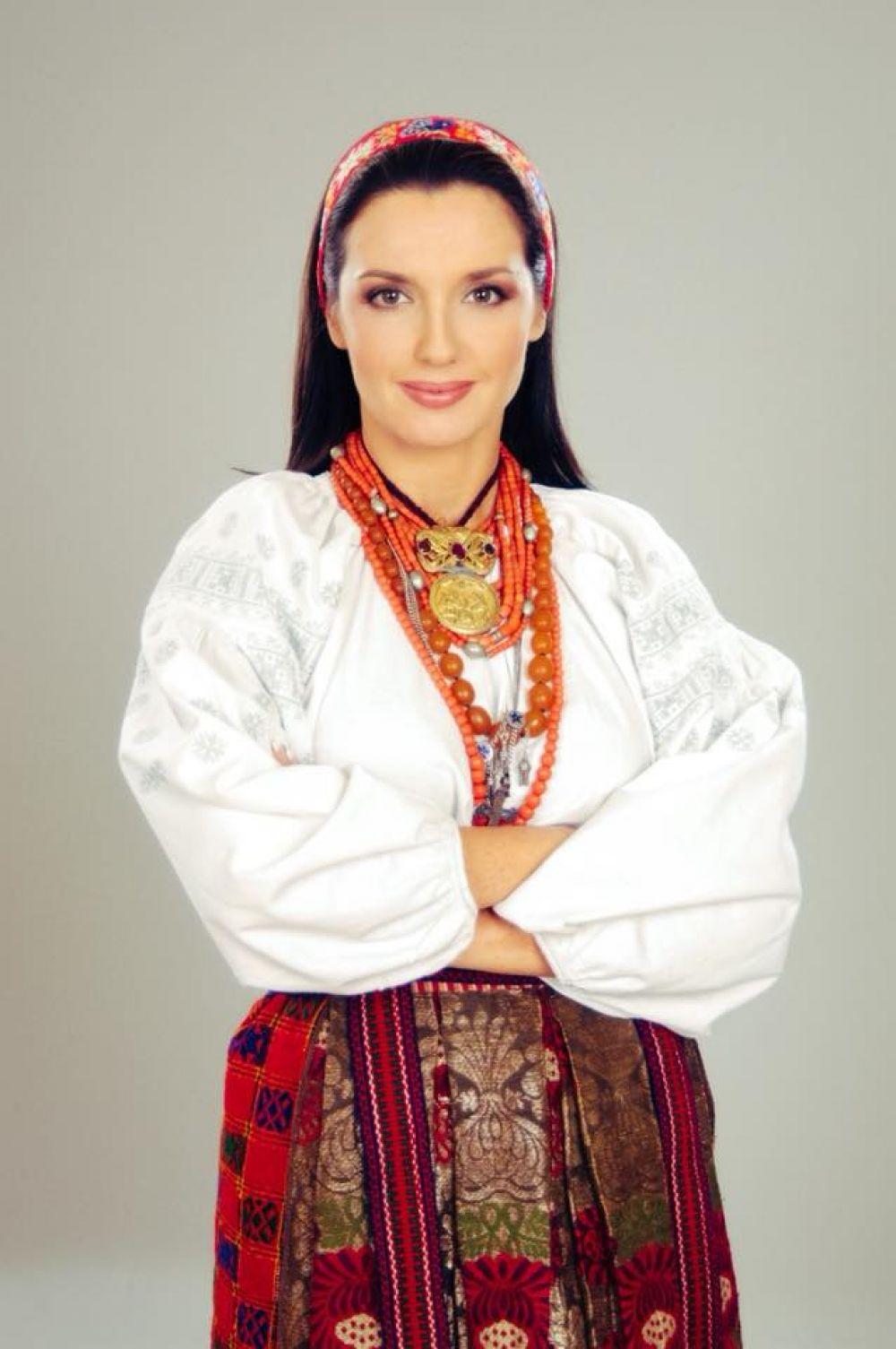 Телеведущая Оксана Марченко в красивом традиционном наряде поздравила всех с особенным праздником «символу духу, енергії, духовного багатства, мудрості українців».