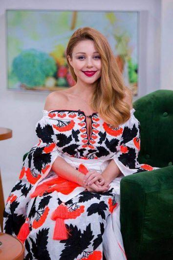 Популярная украинская певица Тина Кароль также поздравила всех украинцев с потрясающим национальным праздником и продемонстрировала одну из шикарных вышиванок из своей большой коллекции.