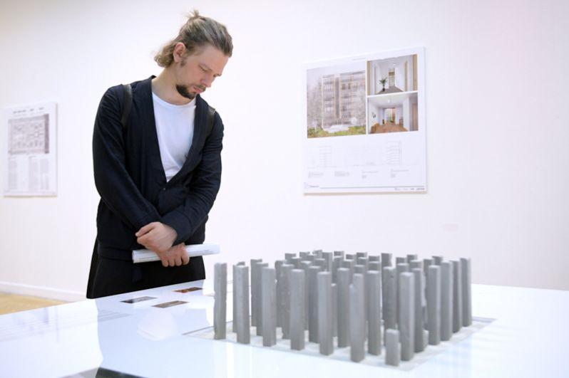 Посетитель у стенда AI architects на международной выставке архитектуры и дизайна «Арх Москва».
