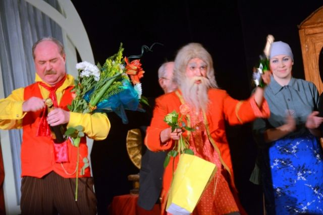 Александр Титовский (в центре) вернулся из столиц на флотскую сцену.