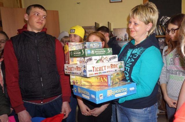 Школьники получили в подарок настольные игры.
