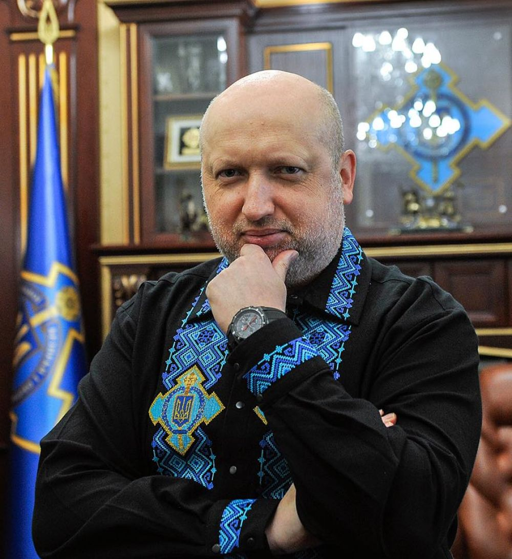«С праздником вышиванки, друзья! Спасибо народной мастерице Olga Gutsal за эту замечательную вышитую сорочку. Носите украинское!» - написал Турчинов.