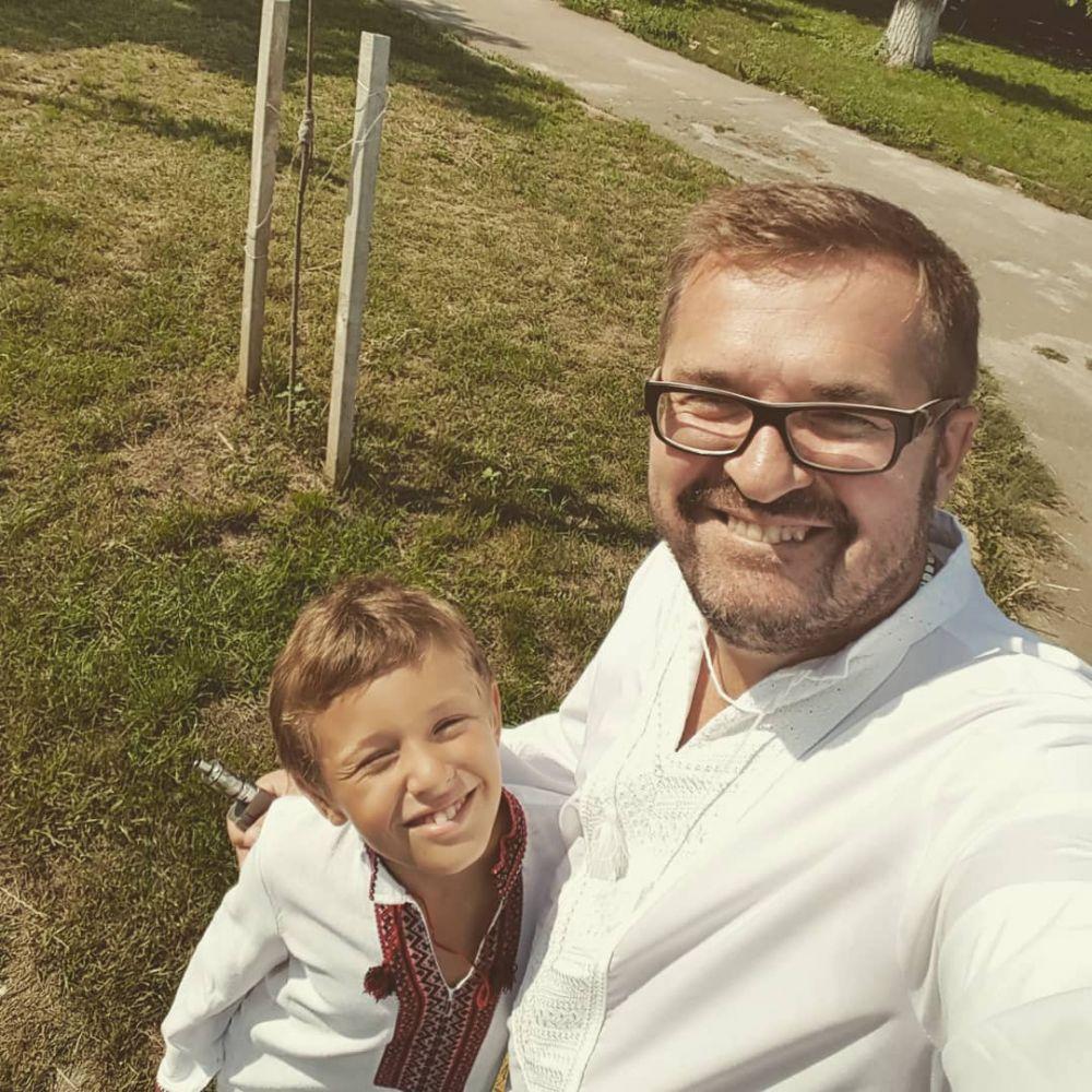 Два Александра в вышиванках просто неотразимы. Певец показал солнечное фото и поздравил украинцев с праздником Вознесения Господнего и Днем Вышиванки.