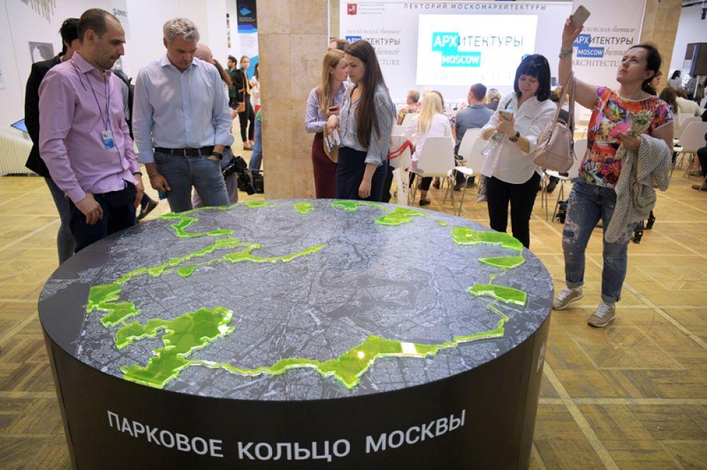 Посетители на международной выставке архитектуры и дизайна «Арх Москва».