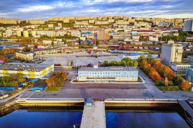 Справа на фото административное здание, которое называют Пентагоном.