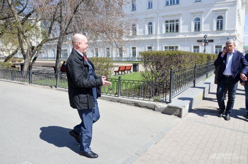 Заместитель министра энергетики и ЖКХ Свердловской области Егор Свалов приветствует бывших коллег.