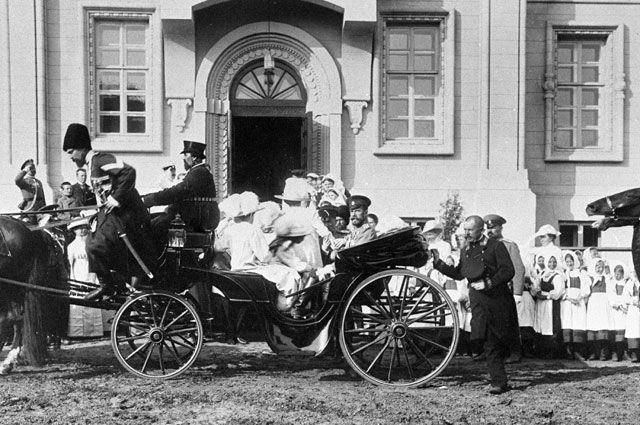 Представители костромского дворянства встречают российского императора Николая II.