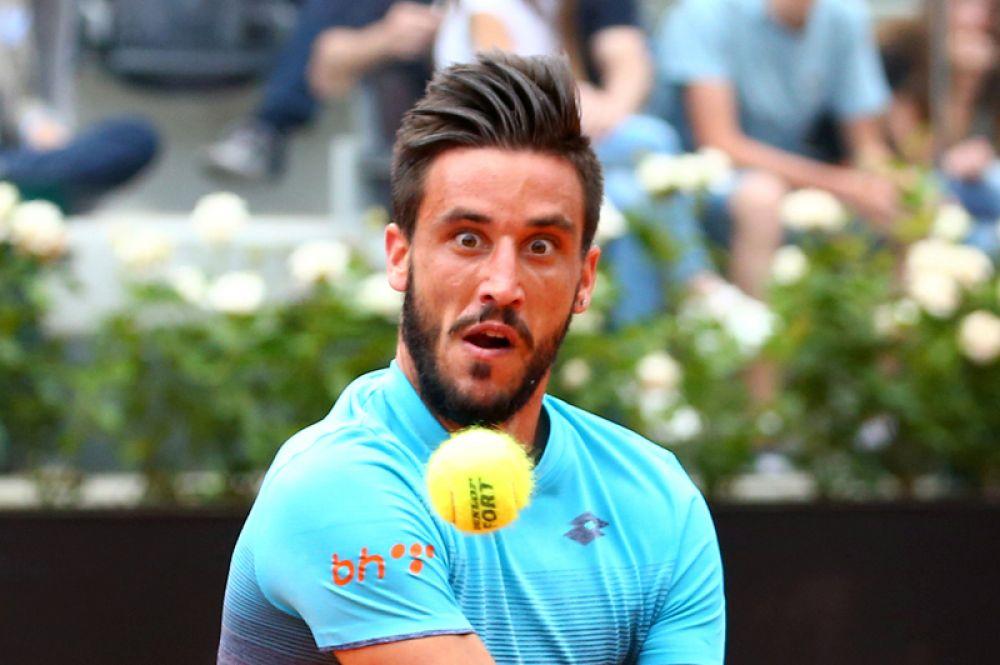 Теннисист Дамир Джумхур из Боснии и Герцеговины во время матча против испанца Рафаэля Надаля на Открытый чемпионат Италии по теннису, Рим.