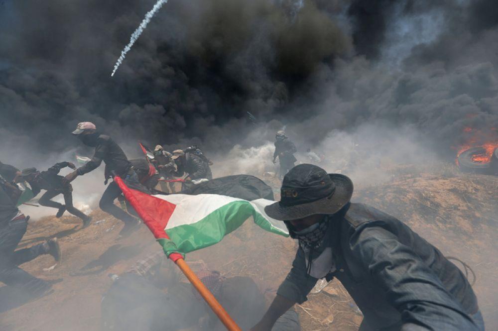 Палестинские демонстранты во время протестов в преддверии 70-летия Накбы на границе между Израилем и Сектором Газа.