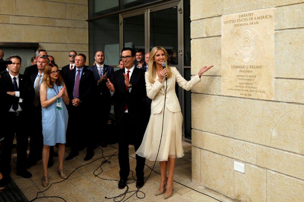 Дочь и советник президента США Иванка Трамп и министр финансов Стивен Мнучин на открытии посольства США в Иерусалиме.
