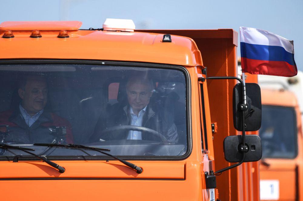 Президент РФ Владимир Путин за рулем головной автомашины «Камаз» во время проезда колонны строительной техники по автодорожной части Крымского моста на торжественной церемонии открытия транспортного перехода.