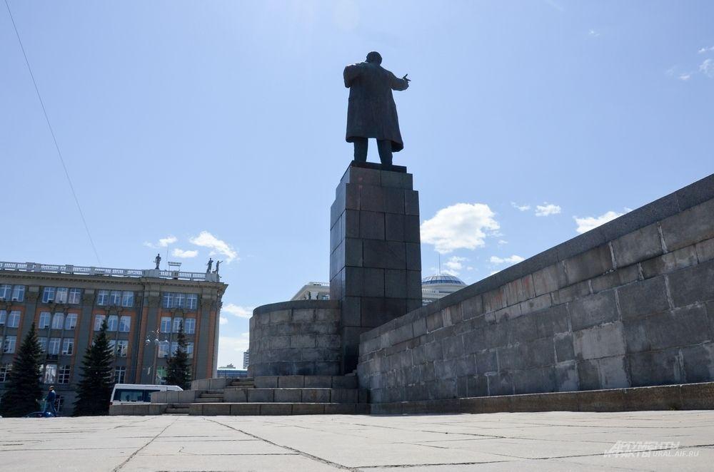Памятник Ленину на Площади 1905 года.
