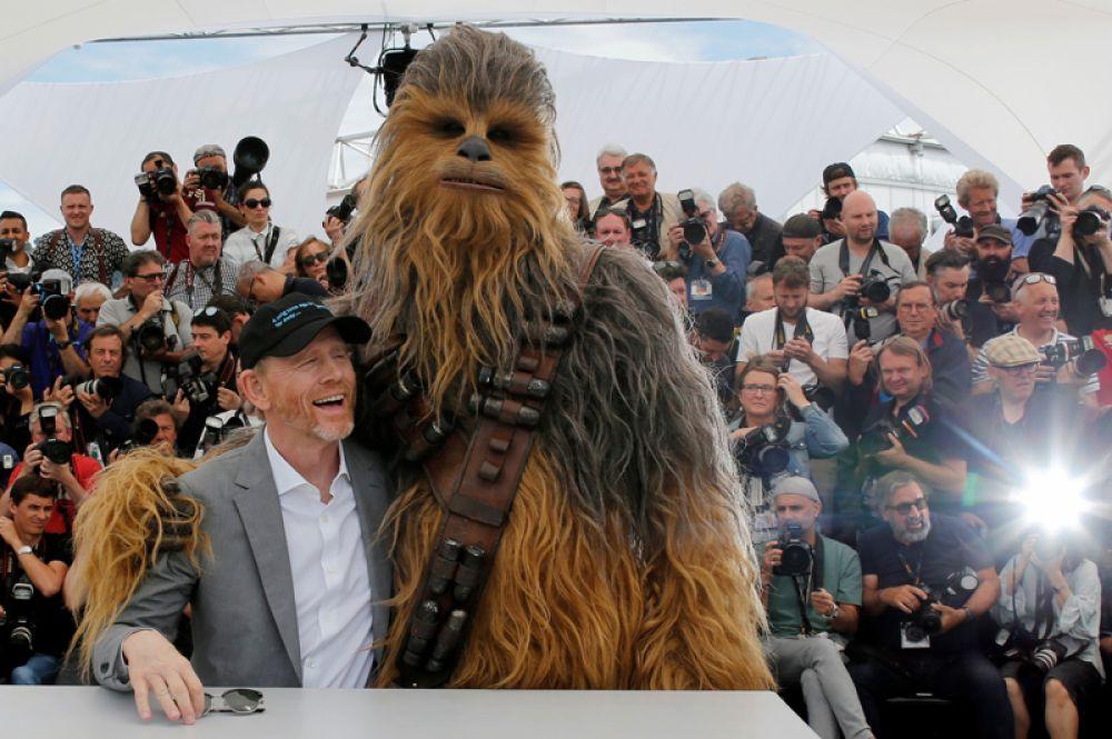 Режиссер Рон Ховард и Чубакка перед показом фильма «Хан Соло: Звёздные Войны. Истории» на Каннском кинофестивале.