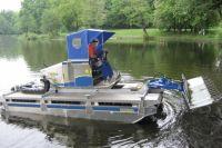 Озера Калининграда очищают от мусора с помощью машин-амфибий.