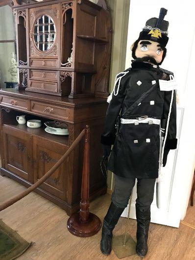 А вот этого исторического полицейского скорее всего оставят в музее. Очень он подходит к местным интерьерам.