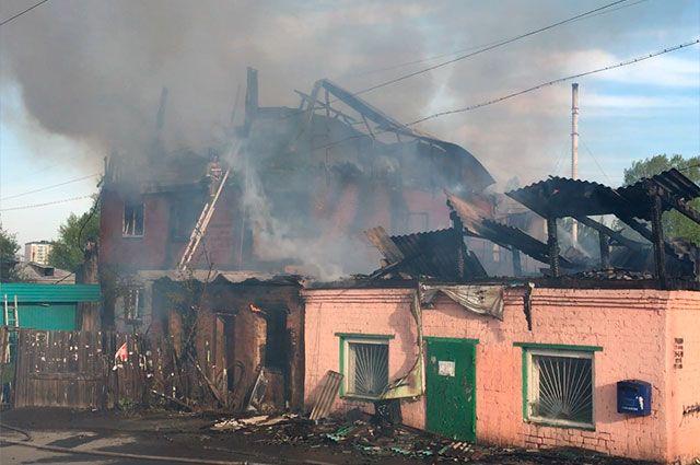 Существовала угроза перехода огня на соседние строения.