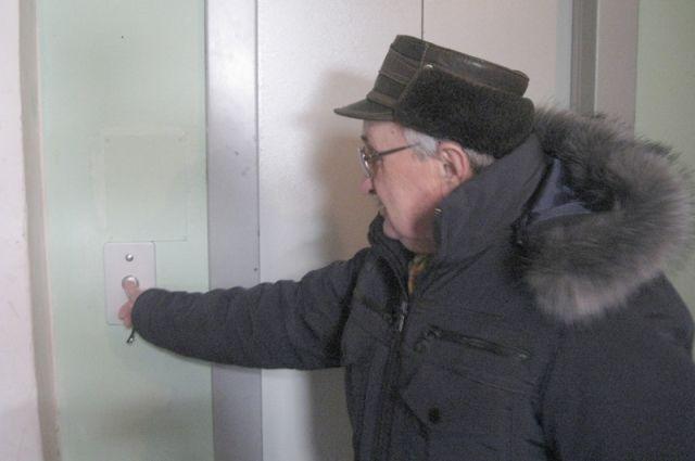 Мужчина возле лифта