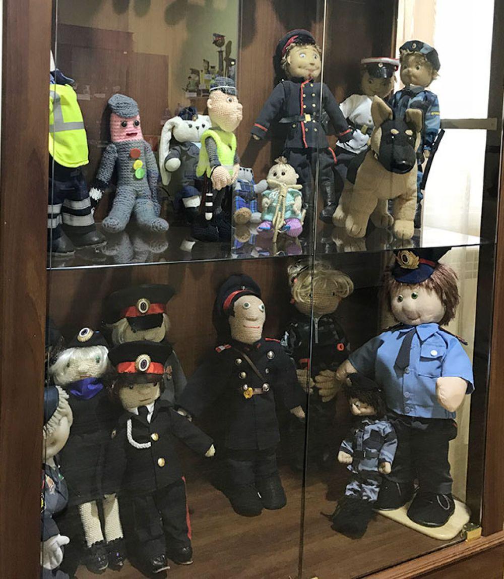 На витринах - многочисленные сотрудники полиции.