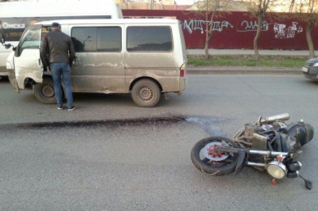Мотоцикл отбросило на встречную полосу.