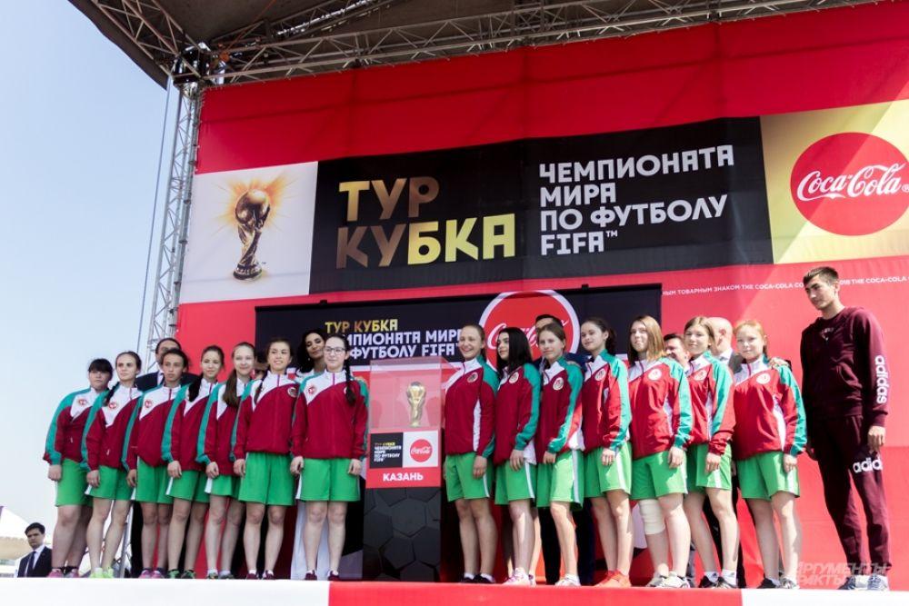 Одними из первых футбольный трофей увидели начинающие спортсмены – участницы футбольной команды «Кадеты» из Агрыза, одержавшей победу во всероссийском конкурсе на роль подающих мячи на матче-открытии. Впервые в истории подавателями мячей стали девушки.