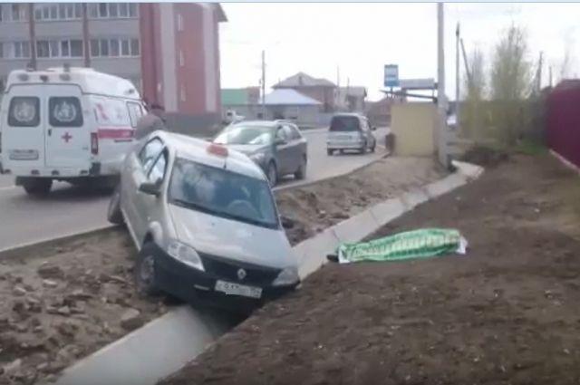 Автомобиль съехал с дороги в кювет.