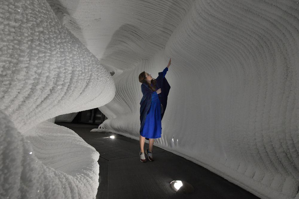 Посетители пещеры могут дотронуться до ледяной поверхности.