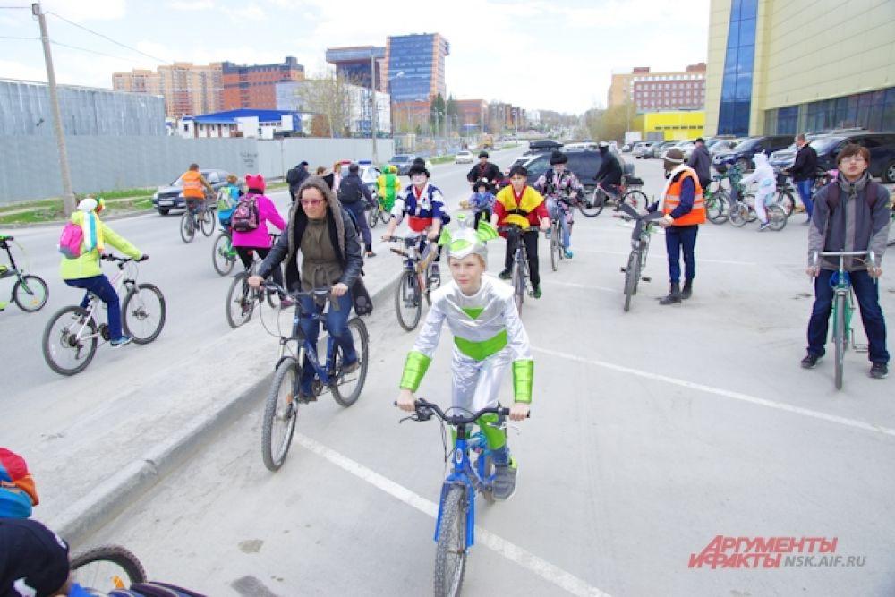 Люди, переодетые в самые разнообразные костюмы, проехались на велосипедах по улицам мегаполиса.