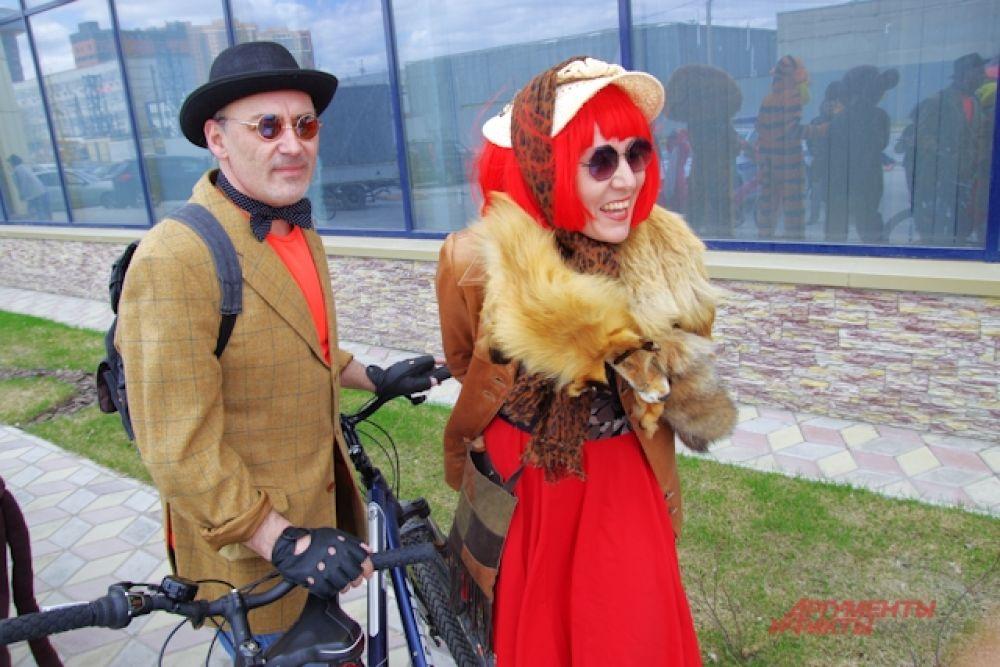Пара нарядились в костюмы Алисы и кота Базилио.