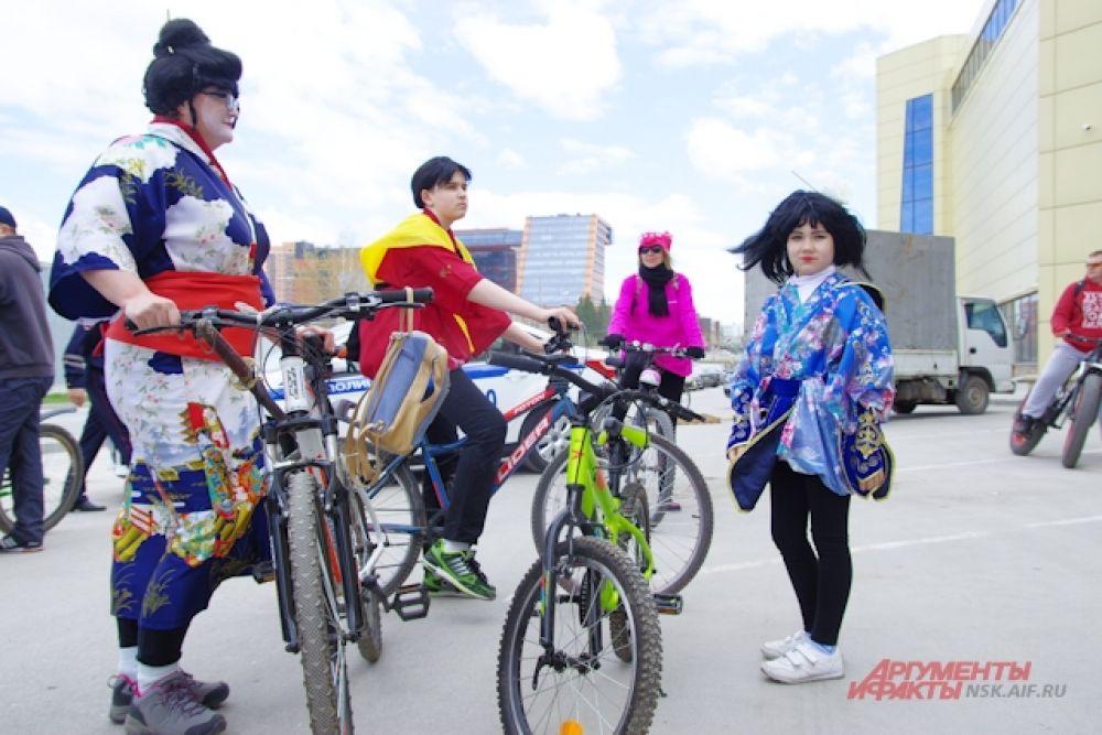 Многих поразили участницы в костюмах гейш.