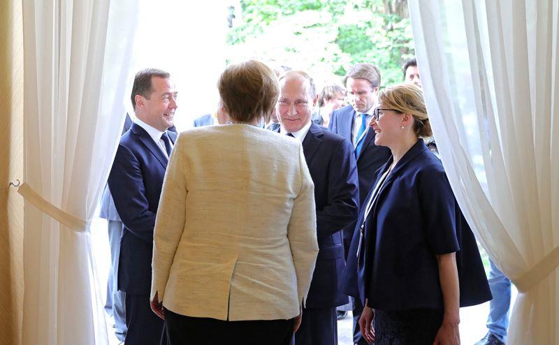 Владимир Путин, Дмитрий Медведев и Ангела Меркель во время встречи в Сочи.